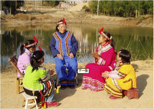 """畲族服饰特色主要体现在妇女装扮上,被称为""""凤凰装"""":红头绳扎的长辫高"""